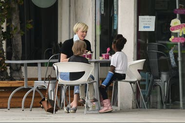 Charlize Theron junto a su pequeña Jackson y una amiguita, tomando un helado en un paseo familiar