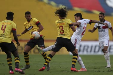 Pedro, de Flamengo, acaba de rematar en uno de los ataques del equipo carioca, durante el partido entre su equipo y Barcelona de Ecuador en Guayaquil.