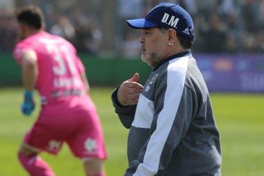 """Maradona y un gesto de su personalidad: """"Yo estoy acá"""", parece decir"""