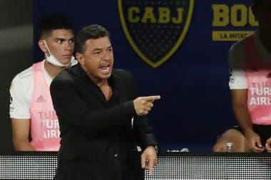 Marcelo Gallardo le da indicaciones a sus futbolistas tras ir debajo en el marcador.