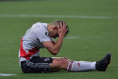 La desolación de Rafael Santos Borré tras la jugada en la que se reclamó penal y que el árbitro anuló por posición adelantada de Federico Girotti.