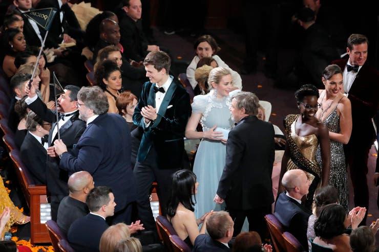 Guillermo del Toro, Ansel Elgort, Emily Blunt, Mark Hammil, Lupita Nyong'o, Gal Gadot y Armie Hammer fueron invitados por el conductor Jimmy Kimmel a sorprender a espectadores que miraban una película en una sala de cine cercana