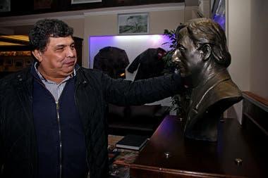 """NK Ateneo: Rudy Ulloa con el busto de Néstor Kirchner que instaló en su """"bar literario"""", que es un museo"""