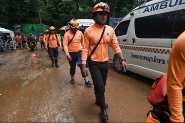 Los rescatistas trabajan contrareloj para sacar a los chicos que aún permanecen en la cueva en Tailandia