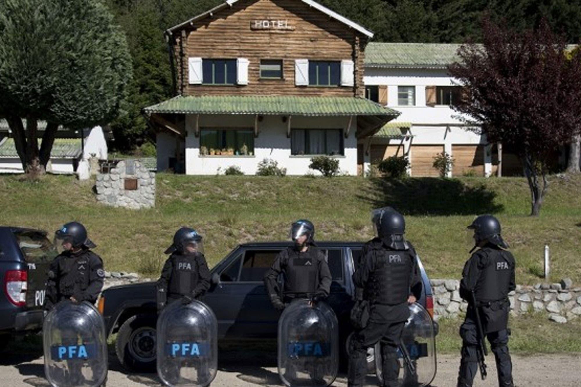 Denuncian que los mapuches tomaron un hotel en desuso en Villa Mascardi