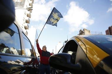 Taxistas se concentran en el centro para marchar a La Plata