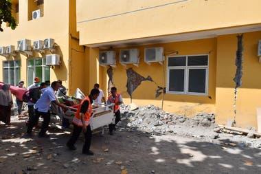 Los heridos fueron trasladados en camillas y en algunos casos en alfombras, fueron atendidos al aire libre porque algunos hospitales también colapsaron