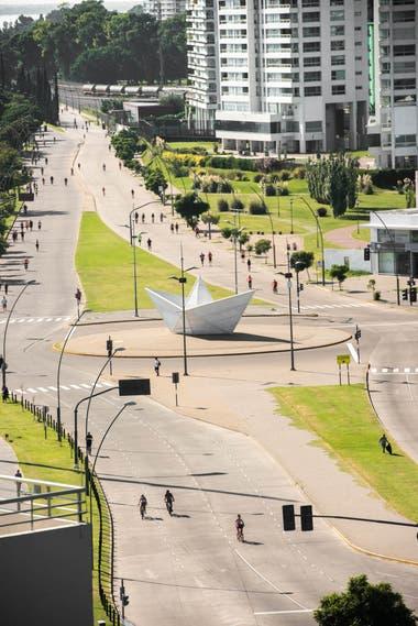 Vista de la escultura Barquito de papel de chapa acanalada que desde 2013 ocupa un espacio central en Puerto Norte.