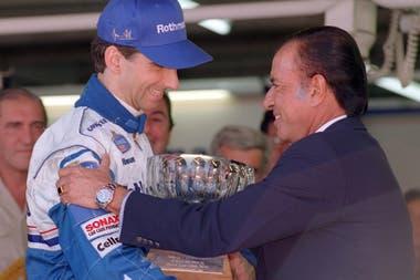 Carlos Saúl Menem saluda a Damon Hill, ganador en 1996