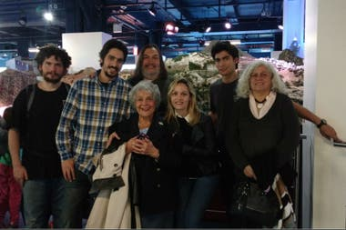 La familia Martínez junto a la maqueta de Nueva York