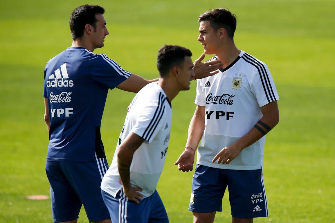 Scaloni y Dybala en el entrenamiento que realiza la selección, a puertas abiertas en Porto Alegre