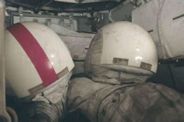 Al acabar la misión Apolo 17, en diciembre de 1972, los trajes espaciales y cascos quedaron cubiertos de polvo lunar