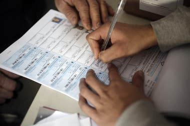 Según las cifras de la Cámara Nacional Electoral, 972.000 jóvenes están habilitados para votar hoy en las PASO. Representan el 2,8% del padrón electoral. Según los testimonios que recopiló LA NACION, entienden que es necesario enderezar la economía pero ponderan las cuestiones sociales en el orden d