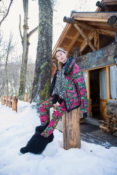 Espectacular a los 44, Dolores causó sensación con un outfit de nieve colorido que incluyó botas de après-ski de pelo largo.