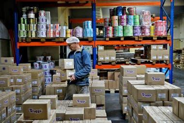 Un empleado acomoda las cajas en la fábrica de golosinas Truppi