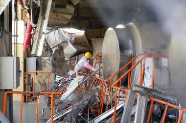 Trabajadores recorren la central nuclear de Fukushima que fue destruida por el tsunami en marzo de 2011
