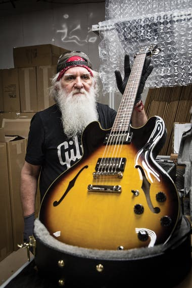 Tom, empleado histórico de Gibson en Nashville, con una ES-335 recién terminada