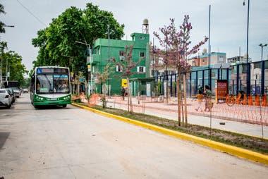 Una unidad de la lnea 45 ingresa a la villa 31 y pasa frente al edificio del Ministerio de Educacin en una de las pruebas del nuevo recorrido