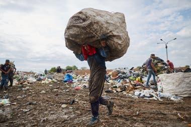 """Un joven recuperador en El Borbollón, Mendoza. Para las cooperativas, el concepto de """"reciclaje con inclusión"""" es clave. Implica formalizar la situación de los trabajadores reconociendo su rol fundamental y que accedan a derechos mediante políticas públicas."""