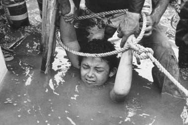 Omayra Sánchez permaneció tres días atrapada antes de morir, en todo momento se mantuvo calmada, sin mostrar signos de pánico.