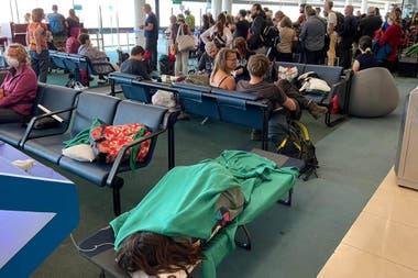 Son cientos los argentinos varados en el aeropuerto de Santiago de Chile