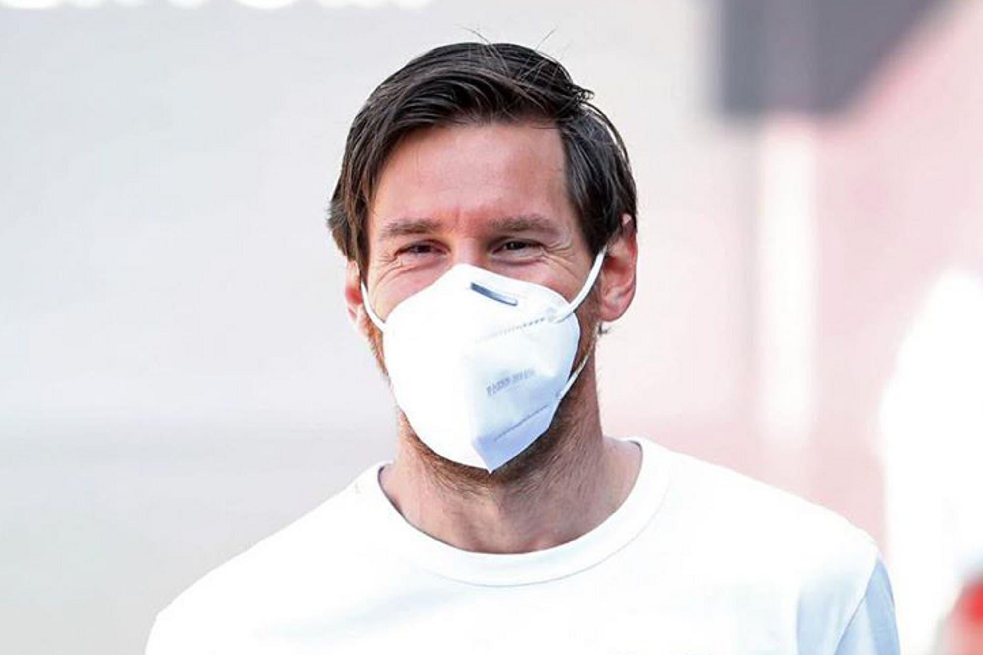 Top: la remera de 47.000 pesos con la que Lionel Messi se presentó a los controles médicos en Barcelona