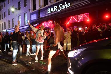 Las personas se juntan en un bar en Londres el 4 de julio, luego de que Inglaterra permitiera la reapertura de bares, restaurantes, cines y otros comercios