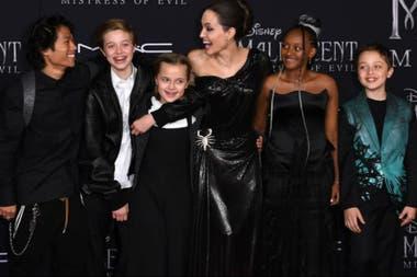 Jolie junto a cinco de sus seis hijos, en la avant premiere de Maléfica 2: dueña del mal, en octubre pasado