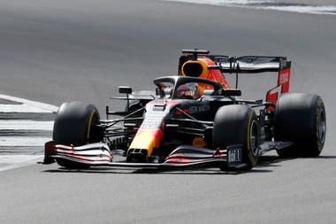 El llamado del box de Red Bulla Racing a Max Verstappen generó la incógnita: el neerlandés podría haber ganado, pero también hacer explotar el neumático delantero izquierdo como le sucedió a Lewis Hamilton, Valtteri Bottas y Carlos Sainz