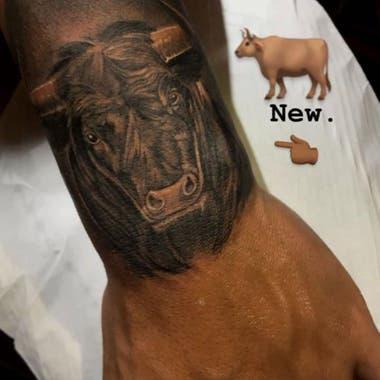 El tatuaje de un toro que tiene Lautaro Martínez en su brazo
