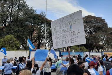 Manifestantes en Tucumán por el banderazo del 19S