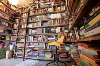 Miles de libros de editoriales independientes caben en siete metros cuadrados