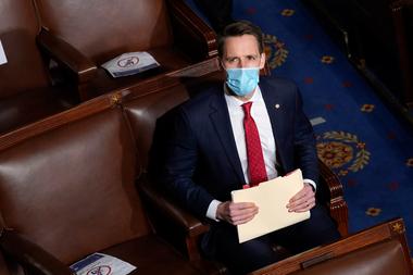 El senador Josh Hawley se encuentra en la Cámara durante una nueva convocatoria de una sesión conjunta del Congreso el 6 de enero de 2021 en Washington, DC