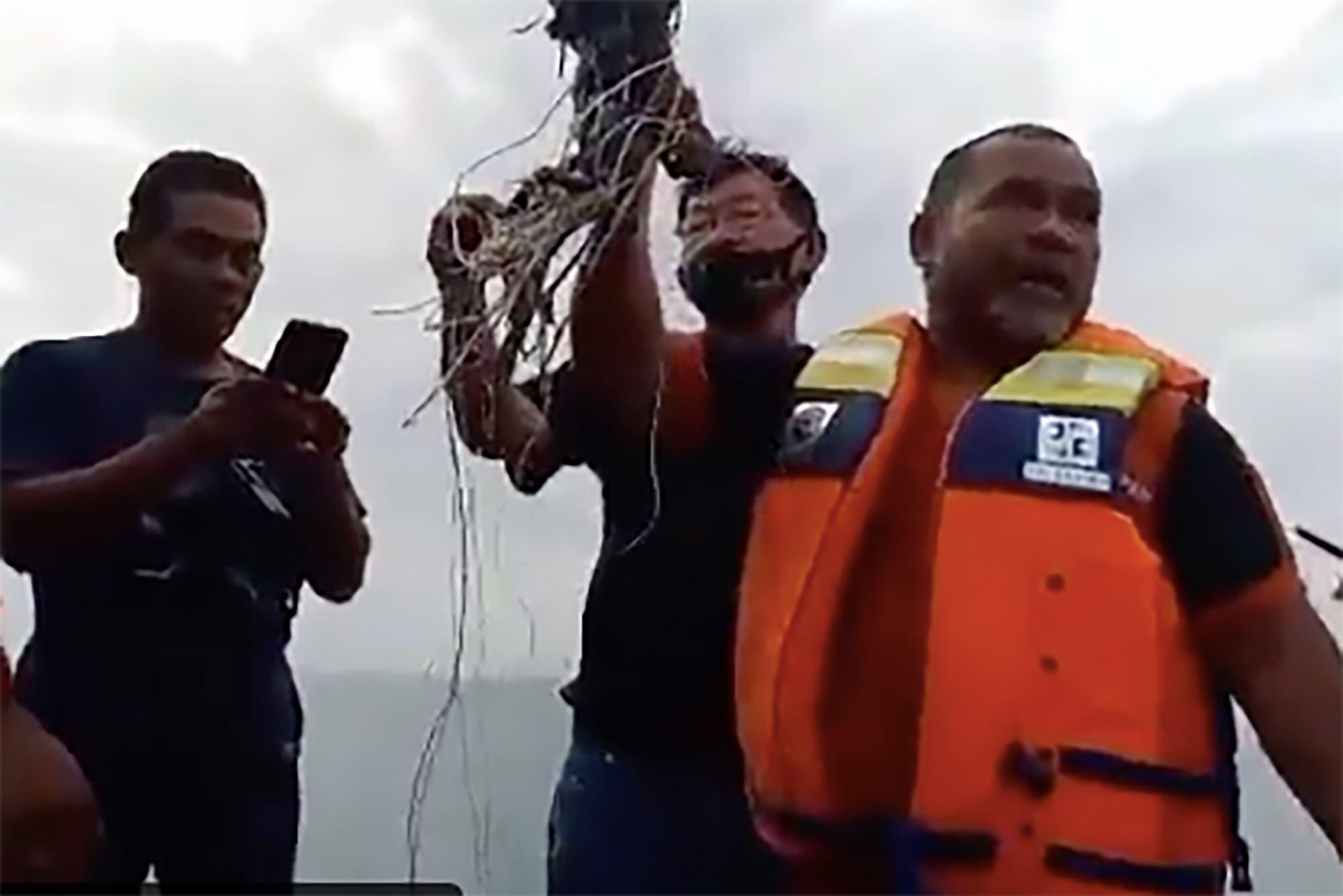 Indonesia: hallan ropa y restos humanos en el lugar donde cayó el avión desaparecido