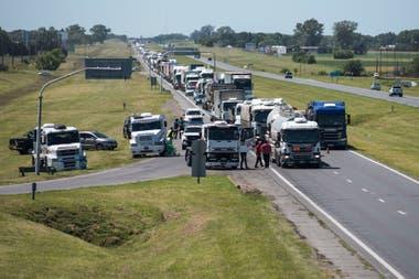 Desde TUDA, que agrupa a unos 2.000 dueños y choferes de camiones, reclaman una rápida actualización de tarifas basada en los aumentos de costos, especialmente el combustible, que tuvo tres incrementos de precios en lo que va de enero y que suman alrededor del 11%