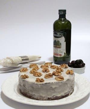Torta dulce con aceitunas negras, nueces y aceite de oliva