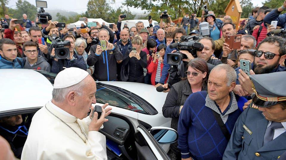 La gente sorprendida rodeó el auto en el que viajaba el Papa y desde alli habló para los habitantes. Foto: Osservatore Romano/Handout vía Reuters