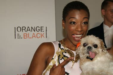 Samira Wiley posando junto a Marnie The Dog