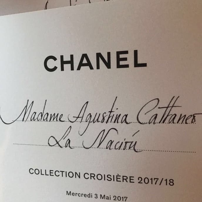La exclusiva invitación, de puño y letra, al desfile resort de Chanel