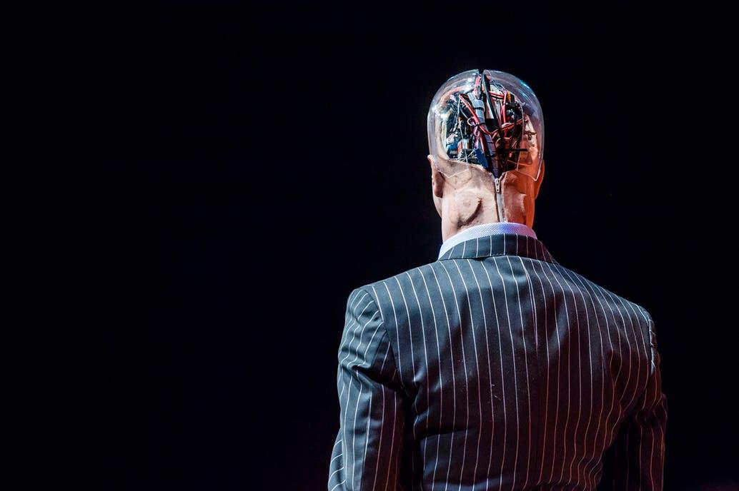 """La teoría de la """"singularidad"""" propone que con el tiempo el cerebro humano se mezclará con la tecnología y dará como resultado un tipo de superinteligencia que superará cualquier cosa que se haya experimentado con anterioridad"""
