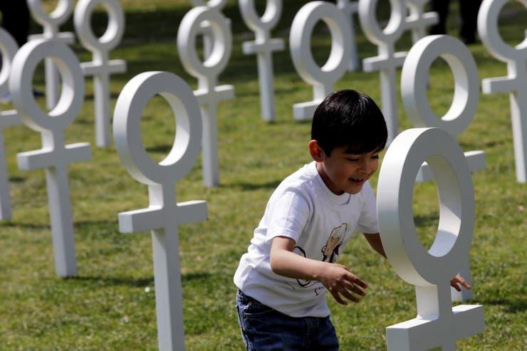 Un niño juega entre los símbolos en Ciudad de México