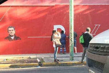 Así pintaban esta mañana el mural de Juan Alberto Badía