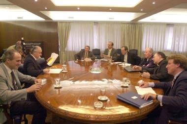 En el marco de la llamada Mesa del Diálogo Argentino, Jorge Remes Lenicov, entonces ministro de Economía, se reúne con los obispos Jorge Casaretto y Juan Carlos Maccarone