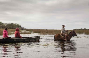Recorriendo los Esteros del Iberá en bote.