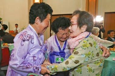 La surcoreana Han Shin-ja de 99 años, llora junto a sus hijas a quienes no ve desde hace varias décadas