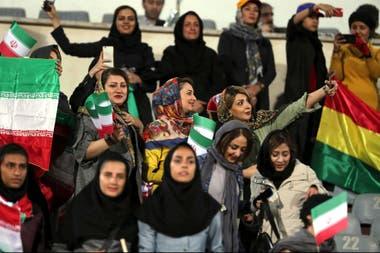 Las banderas de Irán y Bolivia en el estadio Azadi