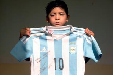 Murtaza muestra la camiseta de la selección que le regaló Messi.
