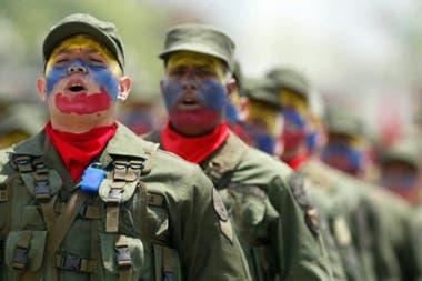 Pese a que Estados Unidos se ha cuidado hasta ahora de llevar sus advertencias más allá de las palabras, las miradas se centran en el ejército venezolano
