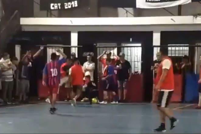 Otro escándalo de Centurión  jugó un partido de futsal que terminó a las  piñas b36817abb2ac8