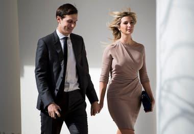 Junto a su marido, con vestido envolvente